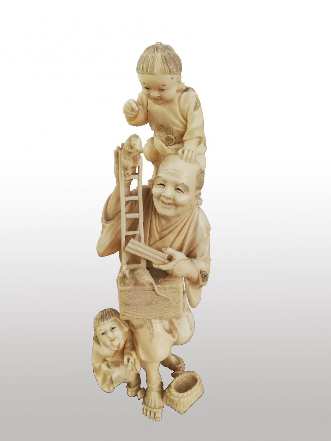 Rare groupe de figurines en ivoire japonais