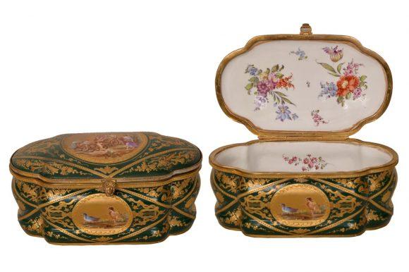 Bonbonnière de forme ondulé en porcelaine de Sèvres
