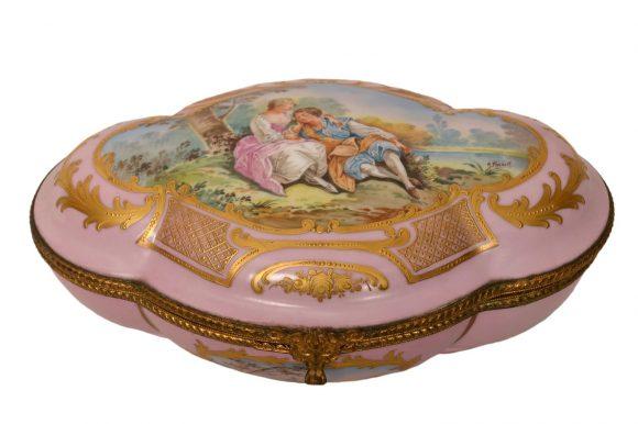 bonbonnière de forme ovoïde en porcelaine dite de Sèvres