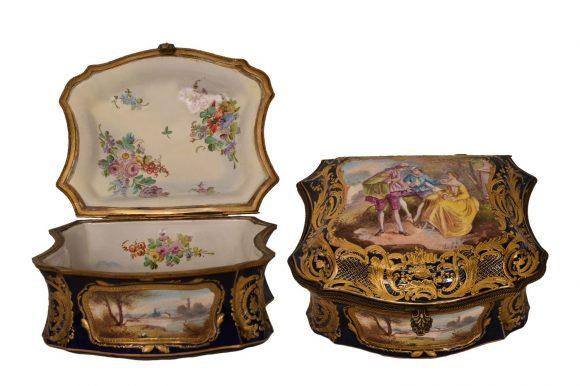 Bonbonnière de forme carré en porcelaine de Sèvres