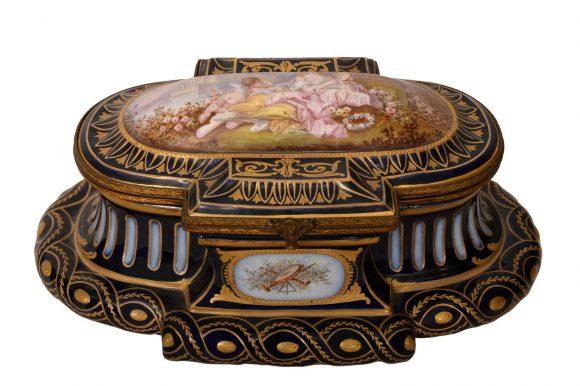 Bonbonnière de forme ondulé en porcelaine