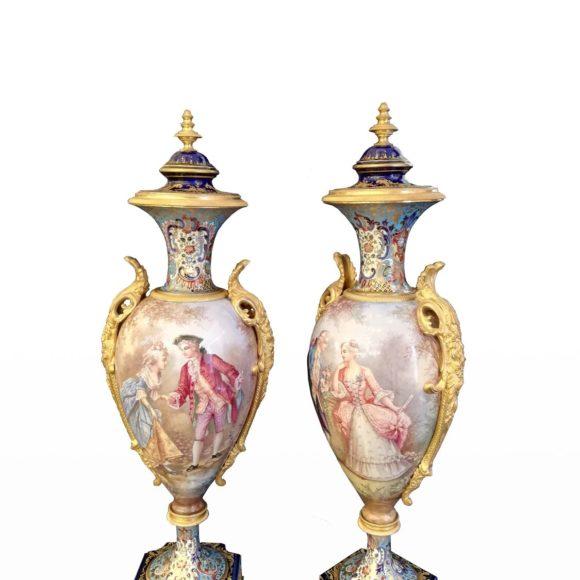 Paire de vases couverts en porcelaine de Sèvres