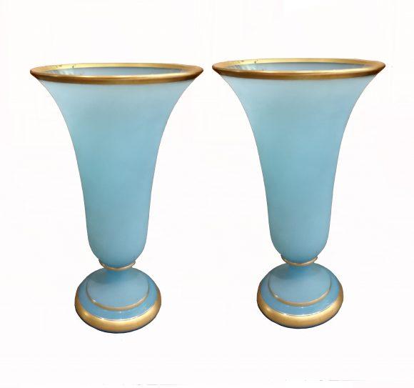 Paire de Vases sur piédouche – opaline de Baccarat