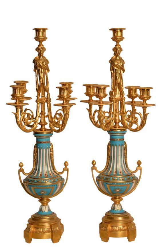 Paire candélabres en bronze reposant sur vases en porcelaine de Sèvres
