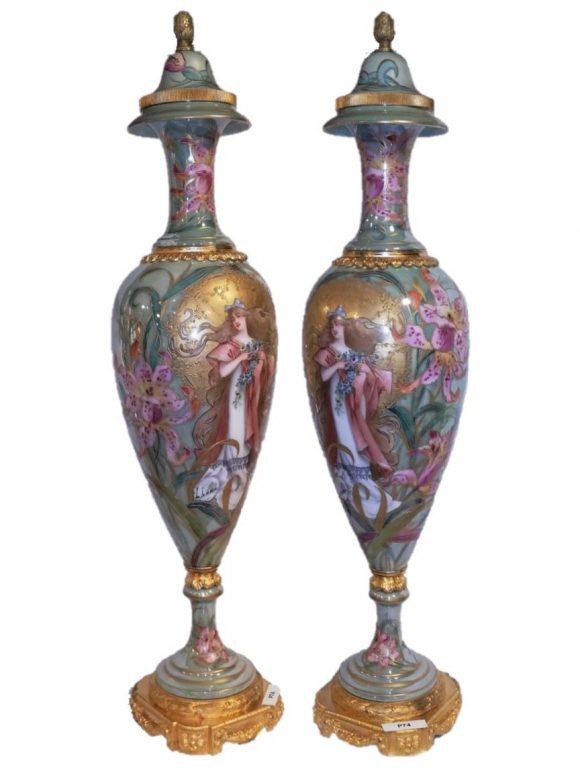 Paire de vases couvert en porcelaine de Sèvres