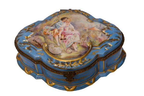 Bonbonnière de forme ovale en porcelaine