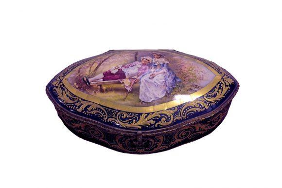 Bonbonnière de forme ovale en porcelaine de Sèvres