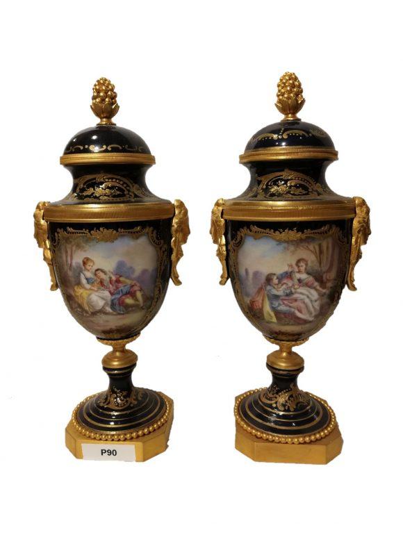Paire d'Urnes couvertes en porcelaine de Sèvres