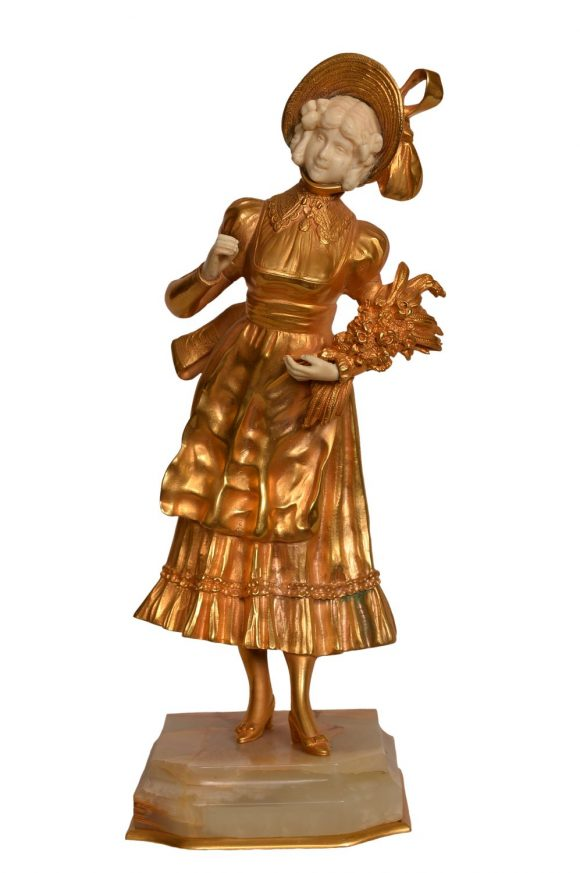 Jeune femme au bouquet de fleurs – Sculpture