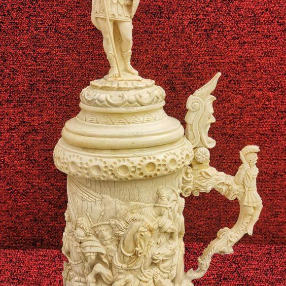 """Grand Tankart couvert """"SCÈNE DE BATAILLE"""" en ivoire sculpté"""